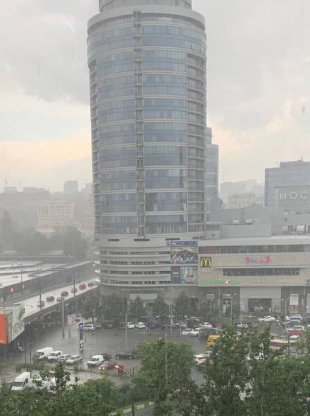 Сильна злива із грозою накрила місто Дніпро.