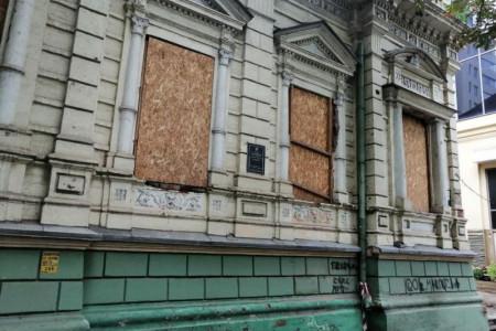 Повернути історичну будівлю в центрі Дніпра у власність держави.