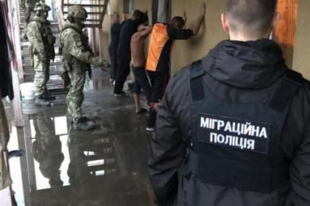 На Дніпропетровщині троє фермерів тримали у рабстві 60 осіб.