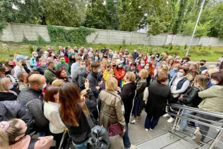 У Дніпрі черговий скандал! Сотні батьків вийшли на захист звільненої директорки школи № 126.